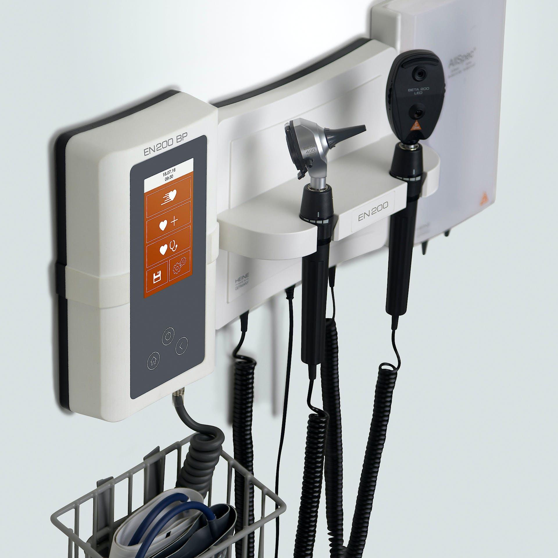 Centro de Diagnóstico Mural Heine EN 200 con Oto-Oftalmoscopio K 180 3,5 V. y Juego Espéculos Sanalon