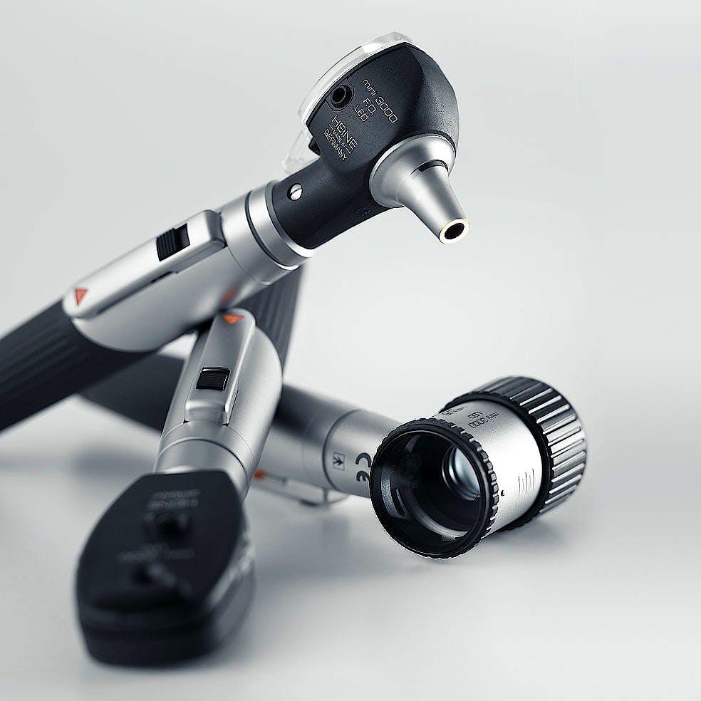 Otoscopio Heine Mini-Set 3000 XHL F.O. con 4 Espéculos de Uso Permantente, 10 Espéculos Desechables y Mango a Pilas, en Estuche Rígido