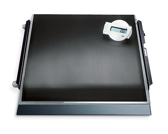 Báscula Electrónica para Silla Clase III SECA Mod. 675, con 1 Rampa, pre-TARA, IMC, Fuerza 300 kg., División 100 g., Alimentación a Pilas