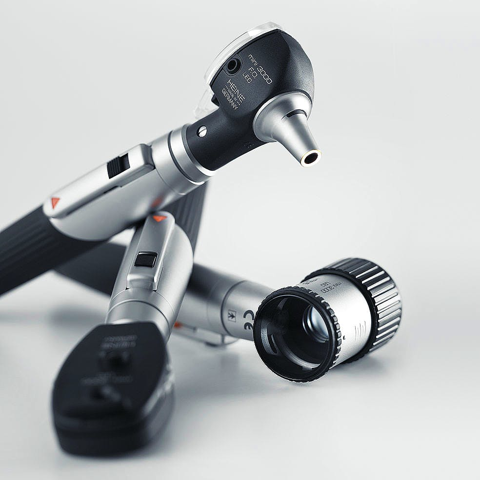 Otoscopio Heine Mini 3000 XHL F.O. con 4 Especulos Uso Continuo y 5 Especulos Deschables de 2,5 y 4 mm., Mango a Pilas