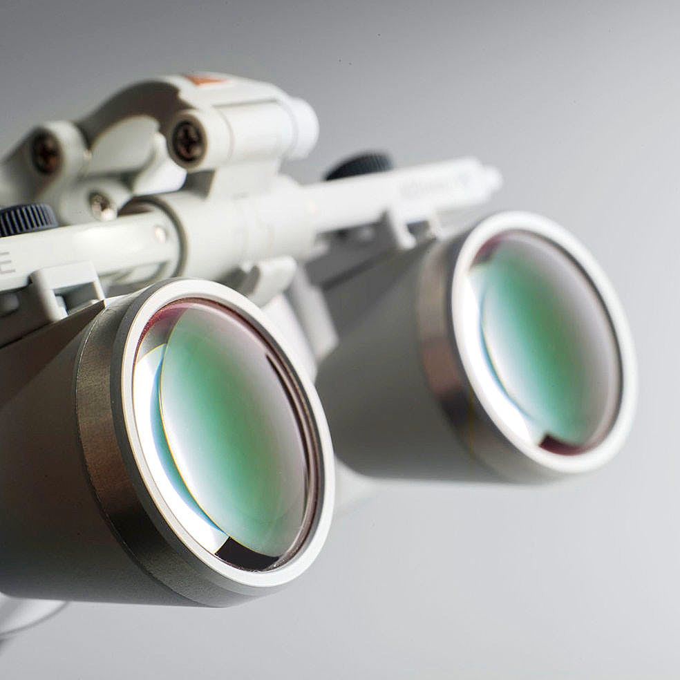 Lupa Binocular Heine HR 2,5x/420 mm., con Montura S-Frame, con Soporte I-View, en Maletín