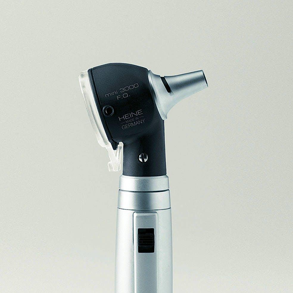 Otoscopio Heine Mini 3000 LED F.O. con 4 Especulos Uso Continuo y 5 Especulos Desechables de 2,5 y 4 mm. Diám. y Mango a Pilas