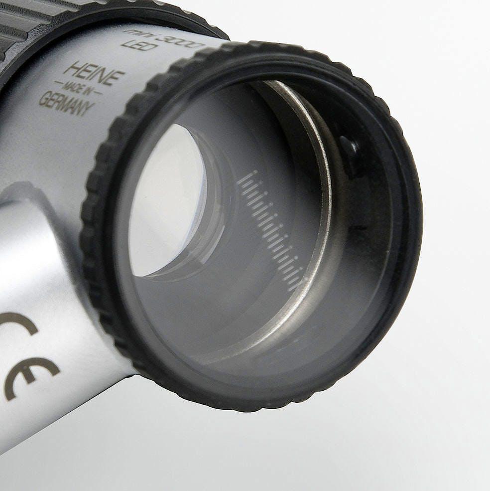 Equipo de Dermatoscopio Heine Mini 3000 Led con Disco de Contacto con Marcaje de Escala, Aceite 10 ml., Mango a Pilas y Estuche con Cremallera